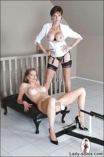 Vrouw met grote tieten blijft klaarkomen op de neukmachine
