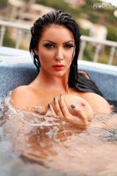 Yasmine-Yames-naakt-bij-het-zwembad-02