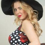 Lucy Alexandra, stijlvolle blonde milf met grote tieten, doet een striptease