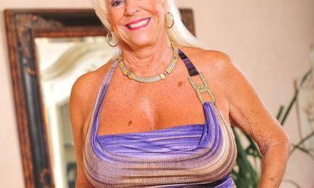 Oma sex, rijpe vrouw met grote borsten heeft sex met veel jongere man