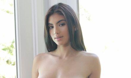 Latina, tiener met mooie borsten, heeft een opwindend trio