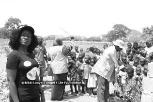Nikki-Laoye-with-the-children-on-the-camp