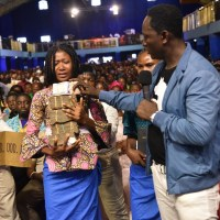 Photos: Prophet Jeremiah Omoto Fufeyin Gifts N4.5m To Eku Fire Victims