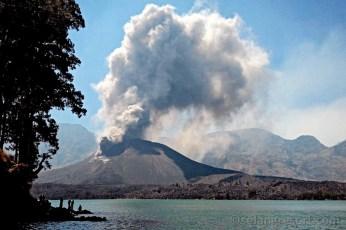 Mt.Barujari v kráterovém jezeře masívu Mt.Rinjani na Lomboku