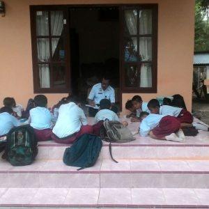 Para Siswa Yang Belajar diteras rumah warga