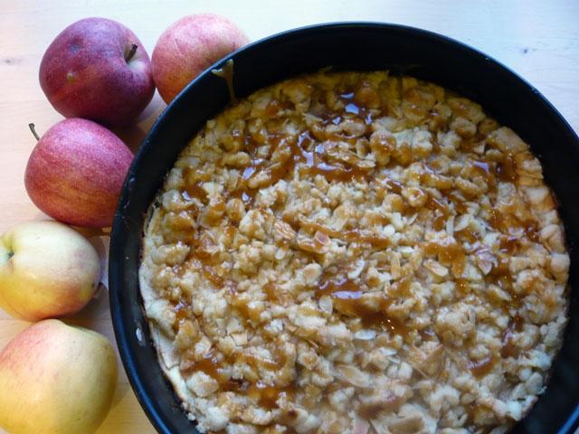 Apfel-Krümel-Kuchen mit Topfenfüllung und Karamellkruste, Apfelkuchen, Streuselkuchen, Karamellkuchen, Topfenkuchen, Quarkkuchen, Obstkuchen
