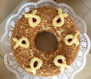Der Klassiker aus getränktem Sandkuchen mit roter Marmelade und Buttercreme, bestreut mit Krokant.