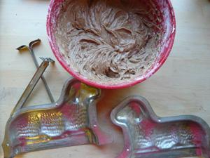 Osterlamm aus Schokolade-Rührteig mit Zuckerguss und Kokosflocken, perfekt zum Osterfrühstück.