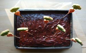 Saftiger Rührteig-Karottenkuchen mit Schokostücken, Nüssen und Rosinen und Pariser-Glasur, dekoriert mit Karotten-Mürbteig-Keksen. Passt auch perfekt zu Ostern.