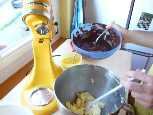 Butter und Schokolade schaumig rühren.