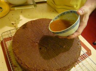 Die Torte mit heißer Marmelade bestreichen.