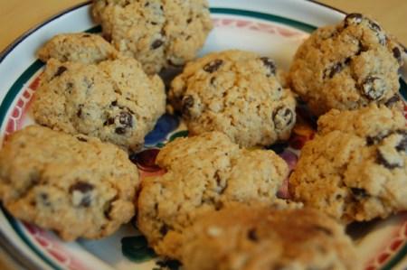 Knusprig-süße Kekse mit Haferflocken, Rosinen und Schokolade.