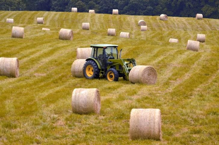 Traktor und Heuballen auf einer Wiese