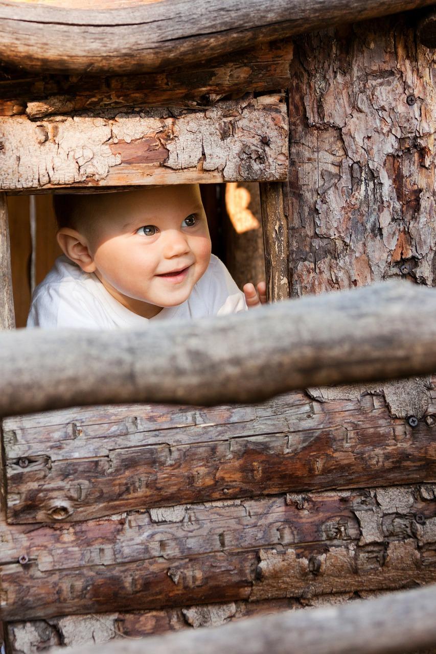 Baby schaut aus einer Hütte