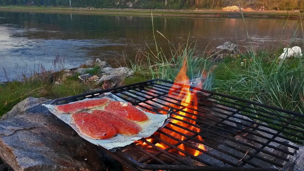 Fisch am offenen Feuer am Fluss
