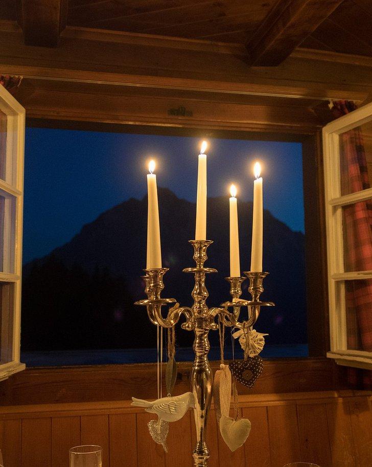 Kerzenleuchter auf einer festlichen Tafel