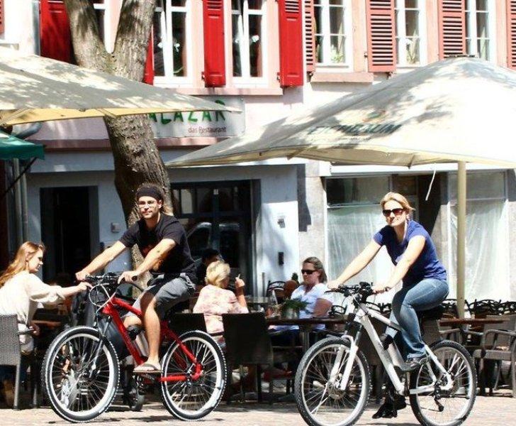 2 Radfahrer in der Stadt