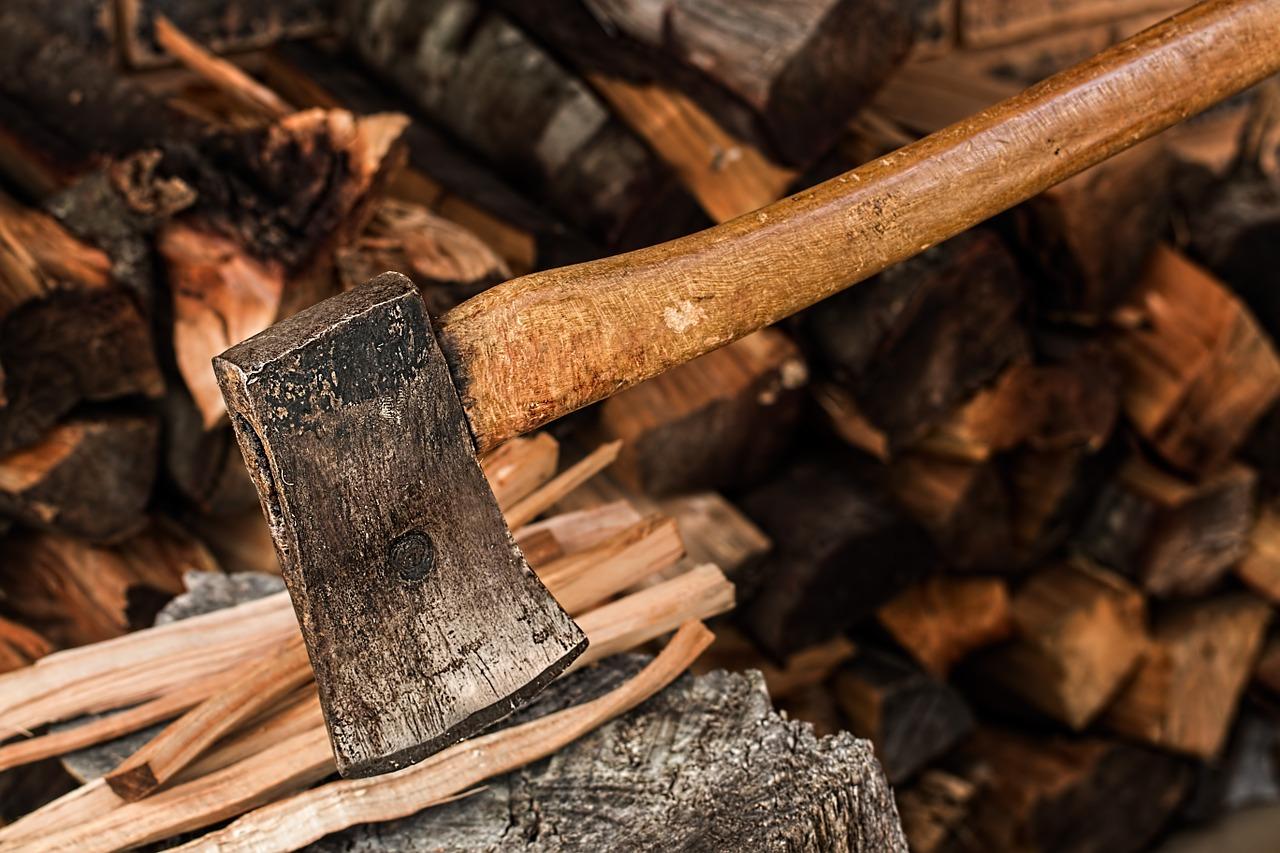 Axt mit Anfeuerholz