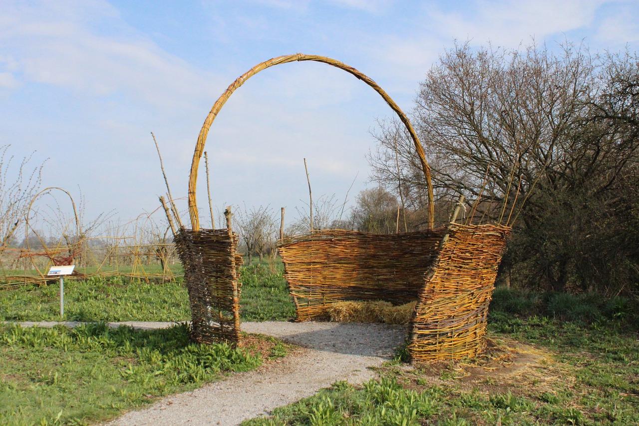 Windschutz für einen Sitzplatz aus Weidengeflecht