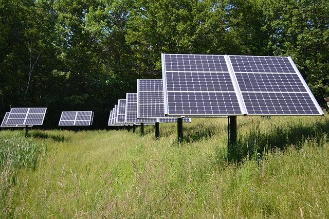 Solaranlage auf einer Wiese