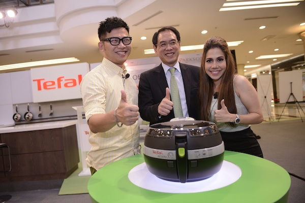 (L-R) Dino Goh, Kelvin Mow, & Chef Anis Nabilah giving thumbs up to the Tefal ActiFry