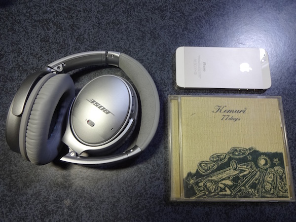 QuietComfort35とアルバムとiPhone5sとの比較