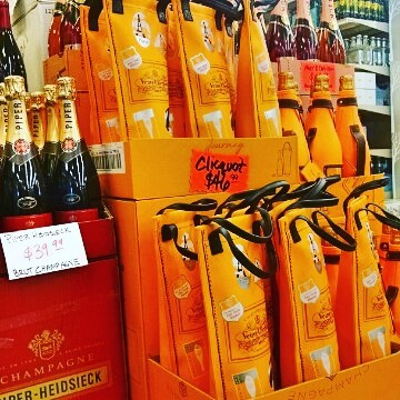 #Champagne on sale @calandrosmkt Perkins!! @piperheidsieckus @veuveclicquot @moetchandon #bubbles #alwaystimeforchampagne