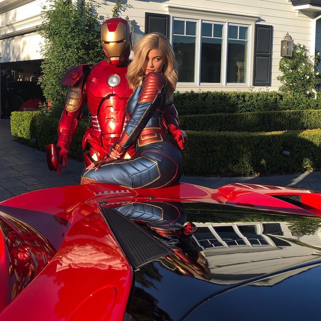 Kylie Jenner de cosplay da Capitã Marvel e Travis Scott de Homem de Ferro - Vingadores Ultimato - Avengers