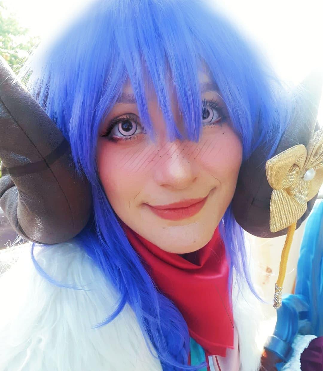 League of Legends - Belo cosplay do Kindred Florescer Espiritual, da Chibi Fox. A cosplayer está olhando para a câmera. O personagem tem uma roupa temática nas cores rosa e azul, com os cabelos azulados.
