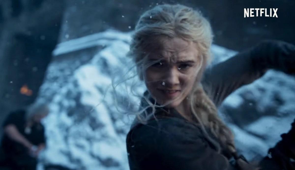 The Witcher - Imagem do trailer da segunda temporada, mostrando Cirilla treinando com uma espada. Geralt está ao fundo, trabalhando.