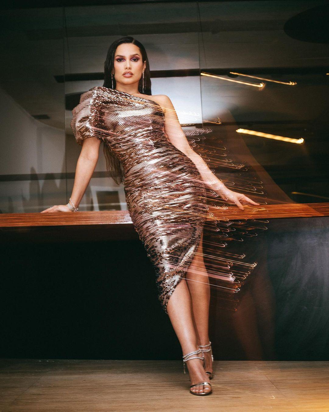 Look de Juliette com vestido com muito glamour e na altura dos joelhos, com brilho - 01
