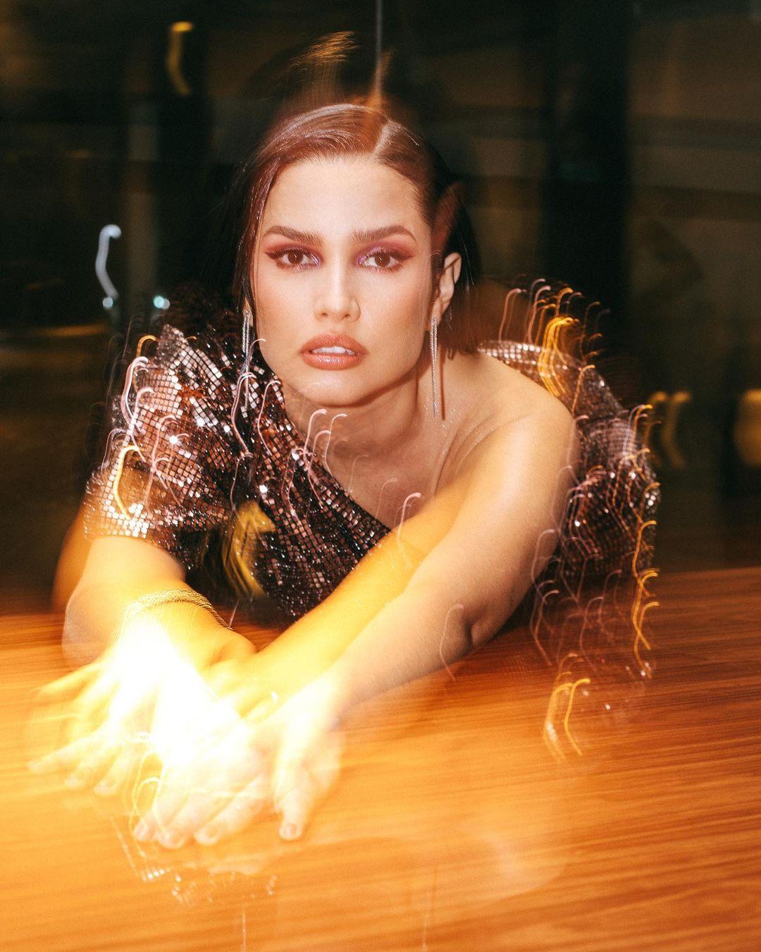 Look de Juliette com vestido com muito glamour e na altura dos joelhos, com brilho - 05
