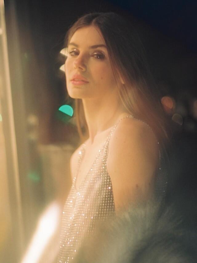 Look deslumbrante de Camila Queiroz com vestido