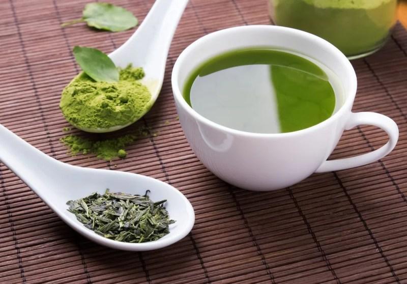 Riche en antioxydants, le thé vert pourrait aider à contrer le déficit cognitif.