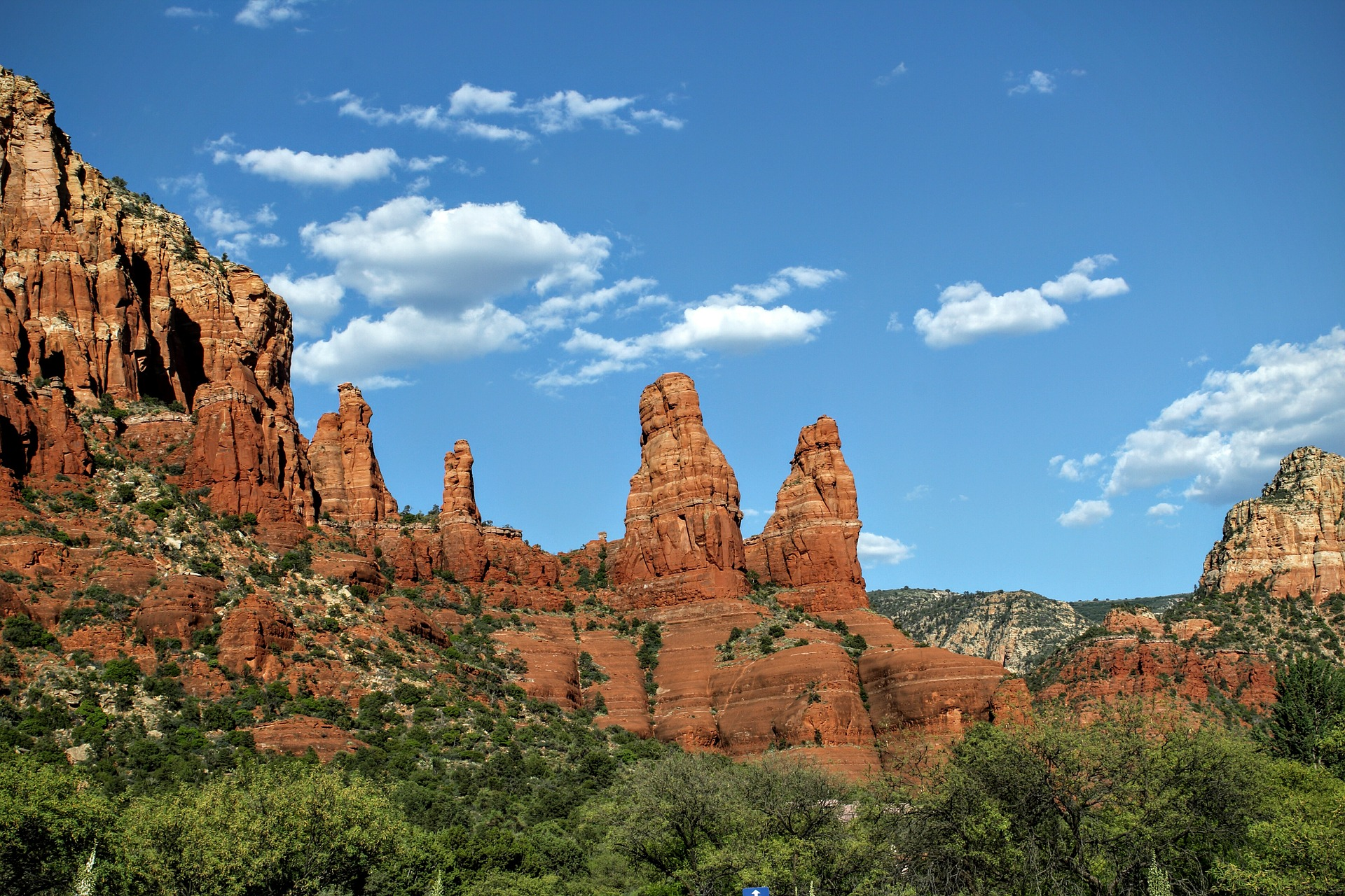 sedona views red rock formations blue sunny skies green trees