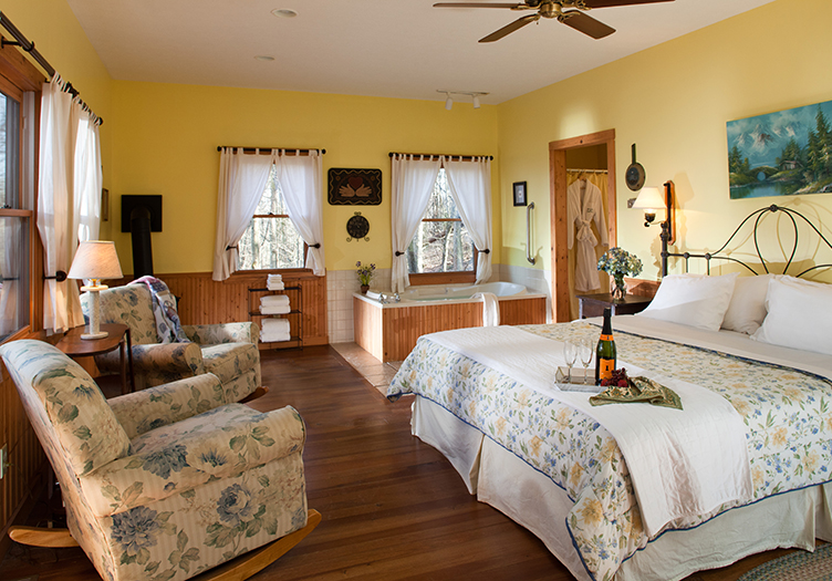 cedar-falls-guestroom