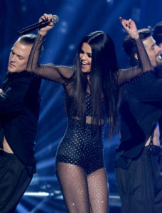Selena-Gomez-performs-amas-2015-smile-billboard-1250