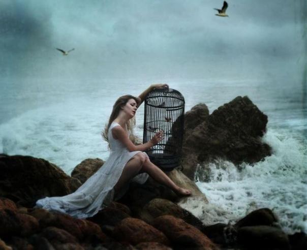 Mujer-sufriendo-sentada-al-lado-del-mar