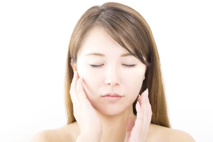 肌荒れによる赤みを改善したい女性の画像