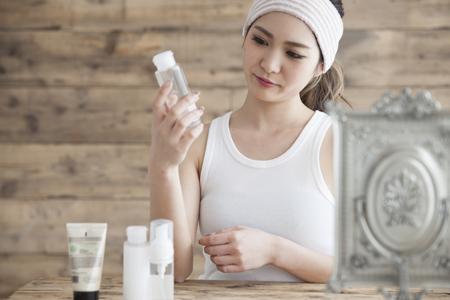 無添加化粧品を使う女性の画像