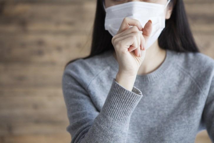 風邪をひいてマスクをしている女性の画像