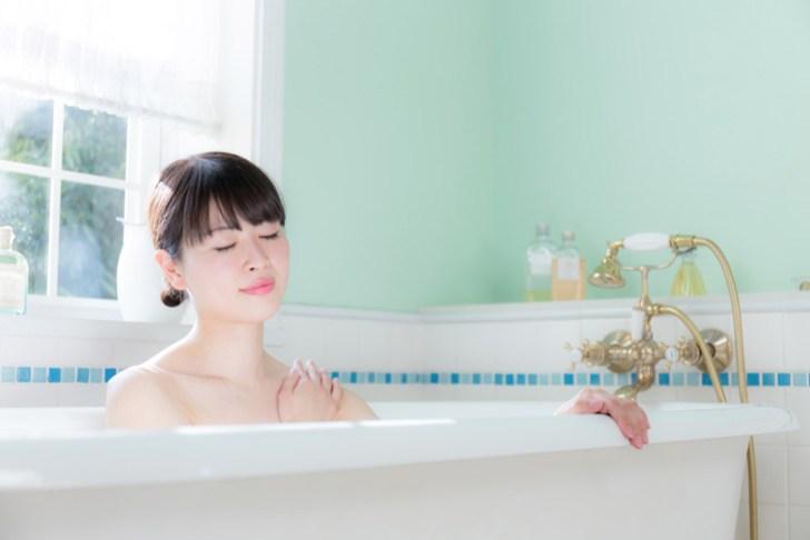 青クマのケアに湯船につかる女性の画像