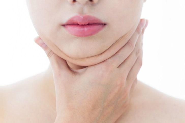 顎のたるみ(むくみ)に悩む女性の画像