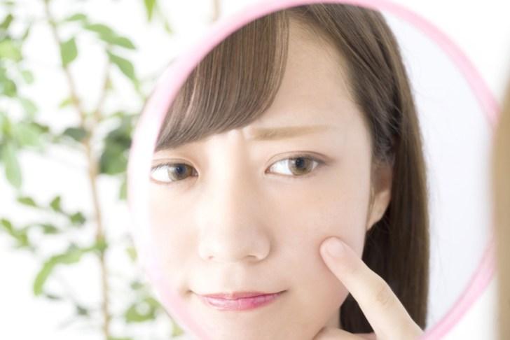 若いのに目の下の脂肪が気になる女性のイメージ画像