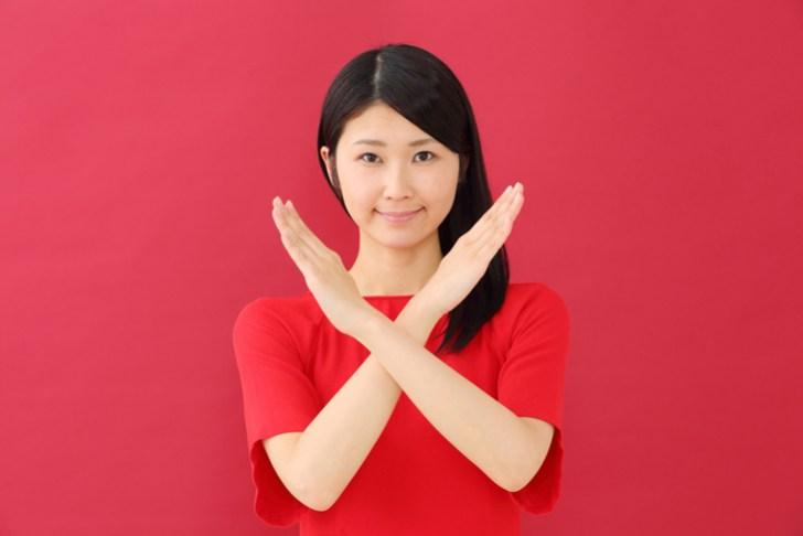 眼輪筋トレーニングが逆効果になる場合の説明をしている女性の画像