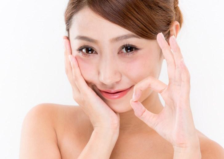 顔の片側のたるみを改善する女性の画像
