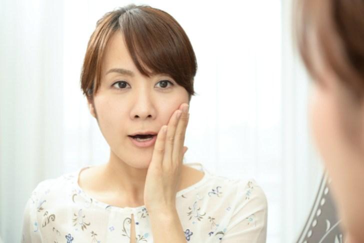 顔の肉のたるみが気になる女性の画像