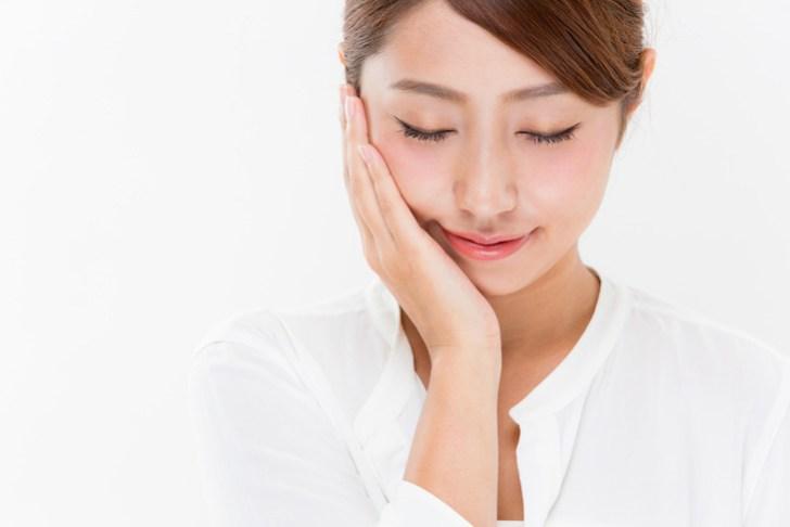顔のたるみに良い化粧品を使う女性のイメージ画像