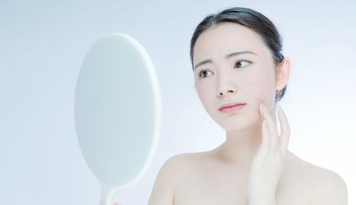 肌の赤みに悩む女性のイメージ画像