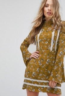 missguided gebluemtes kleid mit ausgestellten aermeln